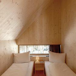 Loacation_Bilder_2_node4_Waldchalets Brand Linkes Schlafzimmer 1.OG